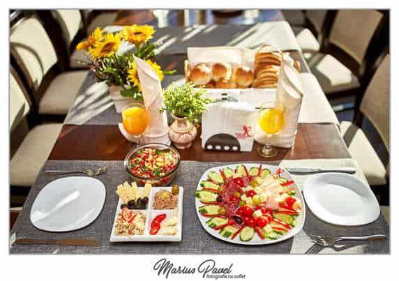 Fotograf mic dejun sau cina hotel-pensiune Bran-Moeciu